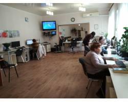 В Університеті ІІІ віку  Територіального центру соціального обслуговування (надання соціальних послуг) Чугуївської міської ради на факультеті «Основи комп'ютерної грамотності» щочетверга проводяться групові заняття.