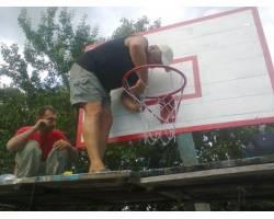 Любители баскетбола заменили баскетбольные щиты на баскетбольной площадке